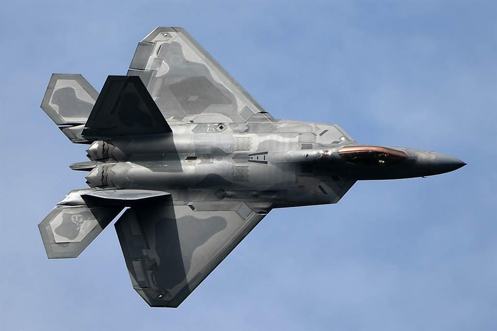 美空軍最強的F-22戰機近期完成長達14年的升級計劃,但仍有許多技術架構屬多年前技術,相較於F-35、殲-20來說已過於老舊。(圖/美國空軍)