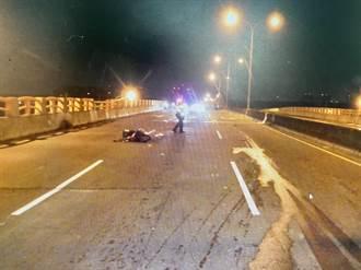 機車自撞路人倒地後遭汽車追撞 台中警方循線追緝肇逃轎車