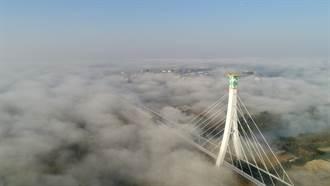 媲美舊金山霧中金門大橋 攝影師枯等6天空拍嘉義蒜頭大橋