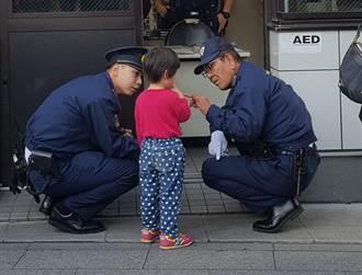 陆4岁女娃走失不给帮 倔强回话警察叔叔听完心碎了