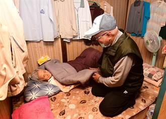 照顧90歲癱妻 84歲林阿公喜獲創世贈送年禮