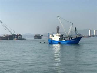 陸船怪手在金門落海 今順利打撈拖回對岸