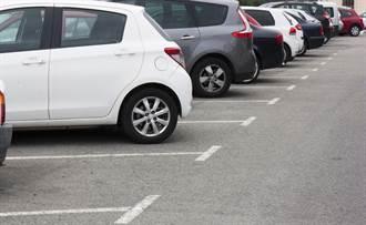停車場怠速玩手機超白目? 網友看法很兩極