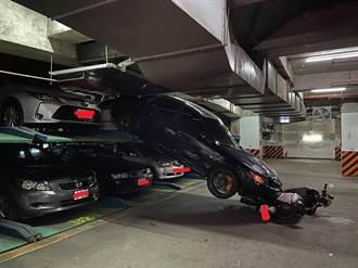 機械車位上層轎車滑落砸人 男子滾地閃過 差1秒變肉餅
