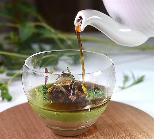 高山英紀演繹的〈青花椰燉蛋蕈菇澄清湯〉,潛藏著有「蕈菇魔法師」之稱的法國三星名廚芮吉.馬赫康(Regis Marcon)的「基因」。(圖/姚舜)