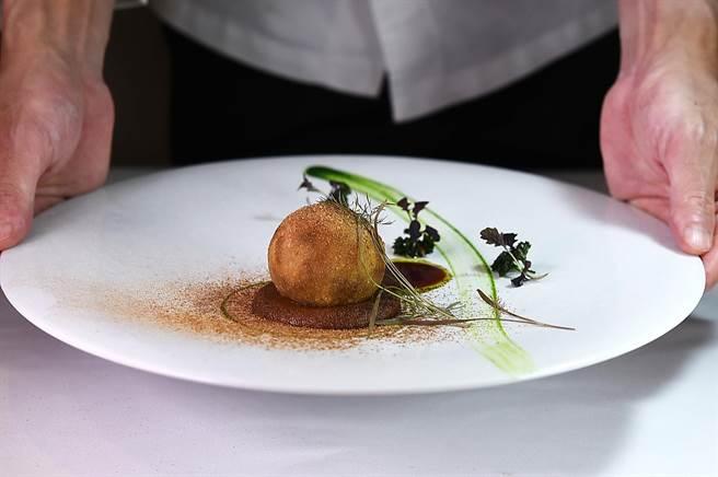 高山英紀為〈巴黎廳1930)設計的新菜〈鳥取和牛可樂球〉,是將源於法王路易十四的宮廷料理〈可樂餅〉與經典法菜〈紅酒燉牛肉〉結合演繹的菜餚。(圖/姚舜 )