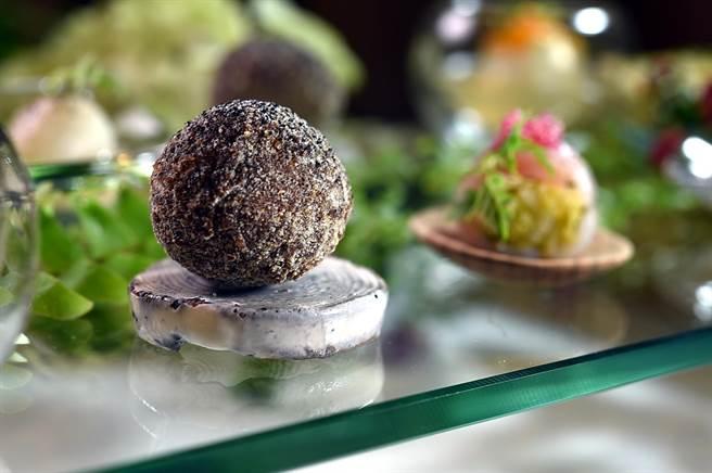 〈經典可樂球〉是以紅條魚肉作餡製成傳統法國菜可樂球,體現高山英紀對經典法菜的認知與理解。(圖/姚舜)