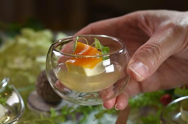 高山英紀在亞都麗緻〈巴黎廳1930〉推出新的開胃菜〈巴巴羅亞烏龍茶〉,是以高山烏龍茶及蜂蜜做能茶凍底,搭配起士巴巴羅亞(起士奶酪),最後用木瓜點綴。(圖/姚舜)