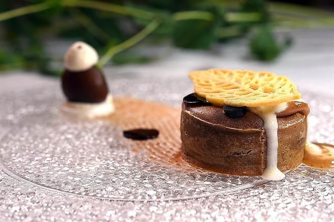 亞都麗緻〈巴黎廳1930)全新套餐的甜點〈栗子熔岩〉,完全沒用到麵粉、全用栗子製作,包含以栗子製作的熔岩蛋糕,栗子泥,長時間蒸製的栗子,栗子控非試不可。(圖/姚舜)