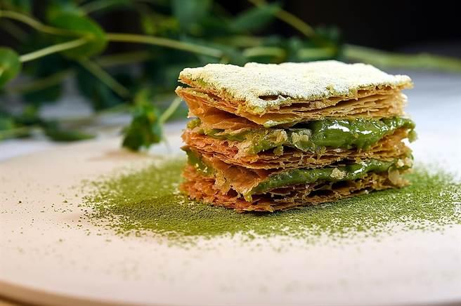 〈抹茶千層〉是高山英紀的招牌菜,每一套套餐都有這個甜點可以選,要出餐前才能製作,上桌前還要再烘烤一次,非常講究。(圖/姚舜)