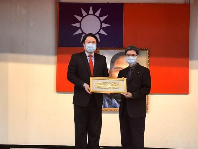 市長林右昌(左)親頒獎牌感謝前交通處長李綱(右)任內貢獻。(陳彩玲攝)