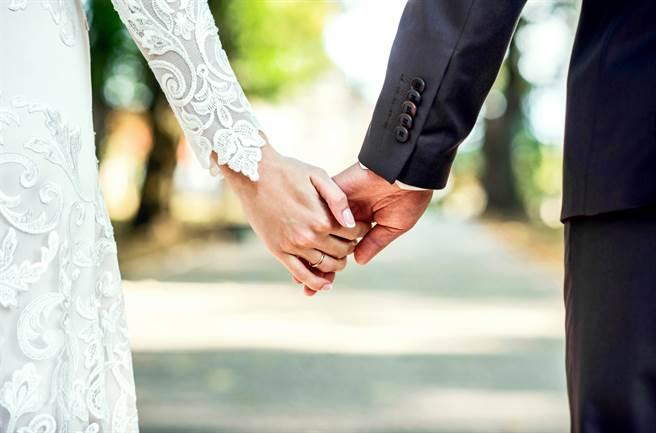 一名網友於臉書匿名發文表示,想結婚卻被女方家長要求買房,令他大嘆「想結婚卻被打臉」。(圖/示意圖,達志影像)