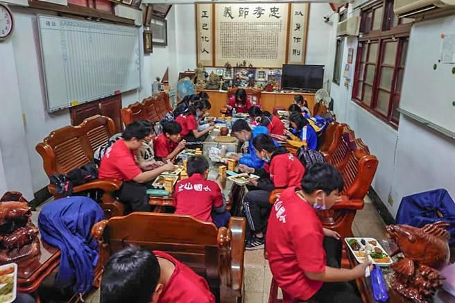 文山和福龍國小17位畢業生在寺廟吃便當。(文山國小提供/羅浚濱新竹傳真)