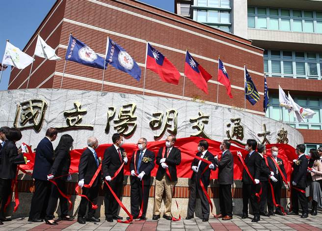 「國立陽明交通大學」今天正式揭牌。(鄧博仁攝)