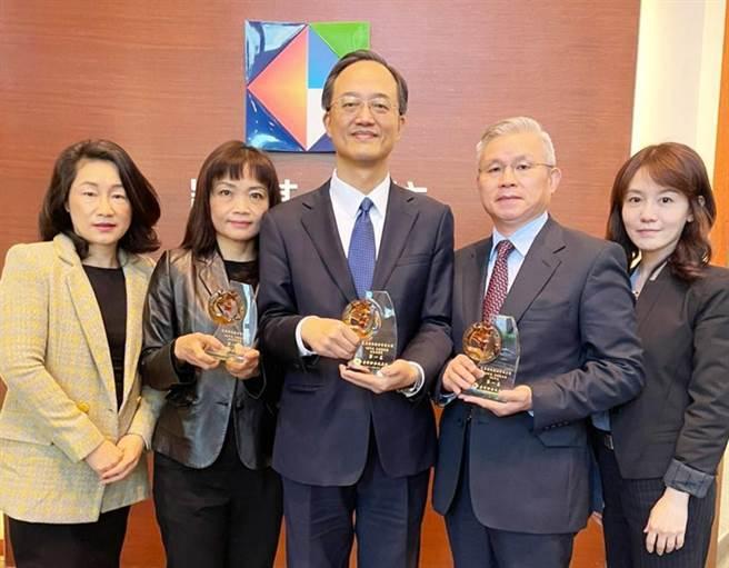 凱基證券資本市場部副總林能顯(中)率團隊獲證交所頒發三座冠軍獎項。(圖/凱基證券)