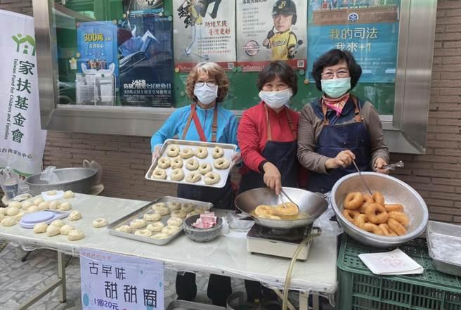 張金蕊(左)、殷素蘭(中)的先生在家中都排行老二,因此以「二嫂烘焙屋」為名,參與義賣助家扶活動已經有15年時間,今年首度嘗試製作古早味甜甜圈,銷路不錯。(莊曜聰攝)