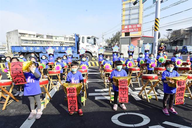 福興鄉幼兒園小朋友,為南環路重新完工通車祈福典禮帶來擊鼓演出,活力滿滿。(謝瓊雲攝)