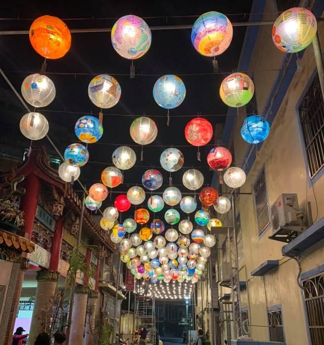 新竹市文雅里富町燈節將在2月7日登場,這兩天已陸續掛上上百盞紙燈籠,浪漫氛圍暴表,已成網美爭相打卡景點。(李妍慧提供/陳育賢新竹傳真)