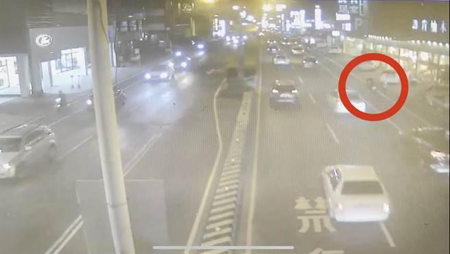 台南市永康警分局員警上月31日晚間協助一名婦人與其小孩返家。(警方提供/李宜杰台南傳真)