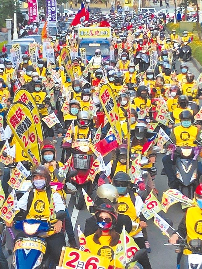 高雄民間罷捷團體1月31日在鳳山行政中心前路口集結,號召車隊重現「貪食龍」盛況。(洪浩軒攝)