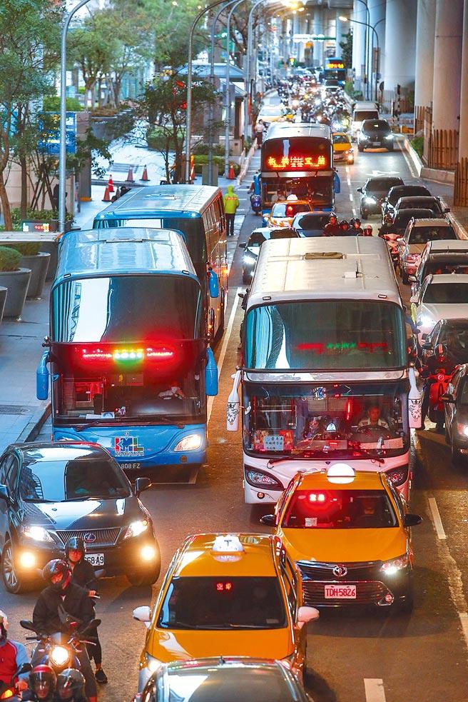 兩岸關係急凍、大陸旅客與團體來台旅遊驟減,大客車4年來減少了3000多輛,是使用牌照稅源類車輛中唯一衰退的車輛類型。(鄧博仁攝)