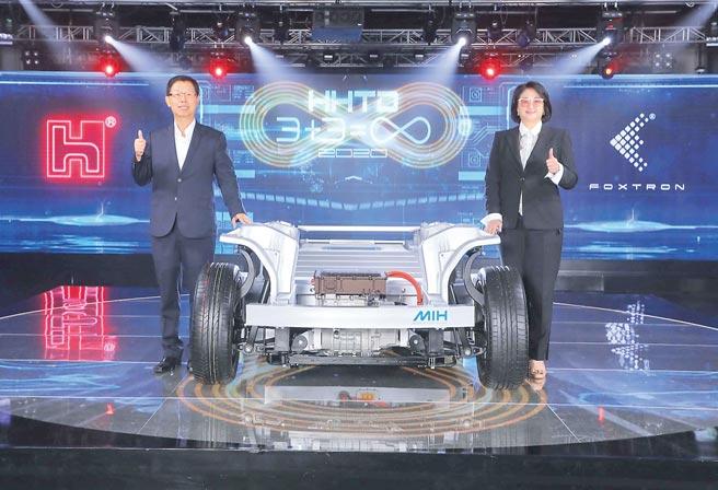 裕隆傾集團全力相助,與鴻海集團合資的鴻華先進發展電動車腳步加速,官網在昨日正式亮相。圖為裕隆執行長嚴陳莉蓮(右)、鴻海董事長劉揚偉(左)。(業者提供)