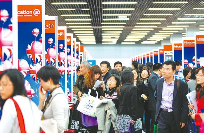 英國政府將於2月15日宣布,限制中國人在44個敏感領域學習或工作,估計將有上萬人受到影響。圖為北京中國國際教育巡迴展,參觀者在英國教育展臺參觀諮詢。(新華社)