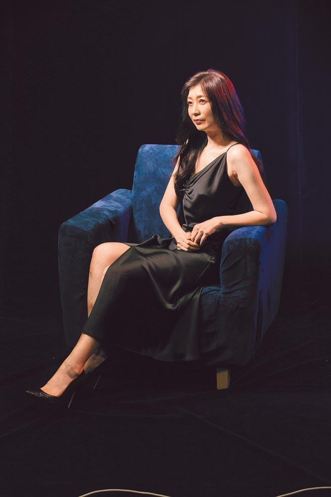 黃嘉千在《暫時停止青春》舞台劇飾演勾小鮮肉的大齡女子。(故事工廠提供)