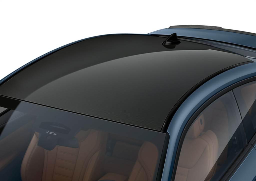 M440i xDrive、430d xDrive、M340i / M340d xDrive Sedan與Touring從2021年3月開始提供M Carbon碳纖維車頂的選配,其不僅強調了動態魅力,同時進一步降低了車輛的重心,使其操控更加靈活。另外,新的內飾還將提供新的M碳纖維式樣。