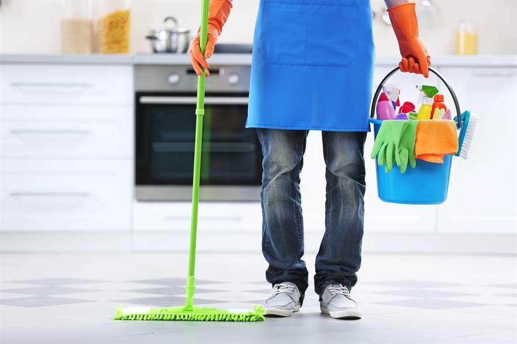 農曆年前大掃除時,最好要將「舊家具和銅錢」、「破損的鍋碗瓢盆」、「厚重的窗簾」以及「帶刺和枯黃的植物」給丟掉,才能真正招來好運。(示意圖/達志影像)