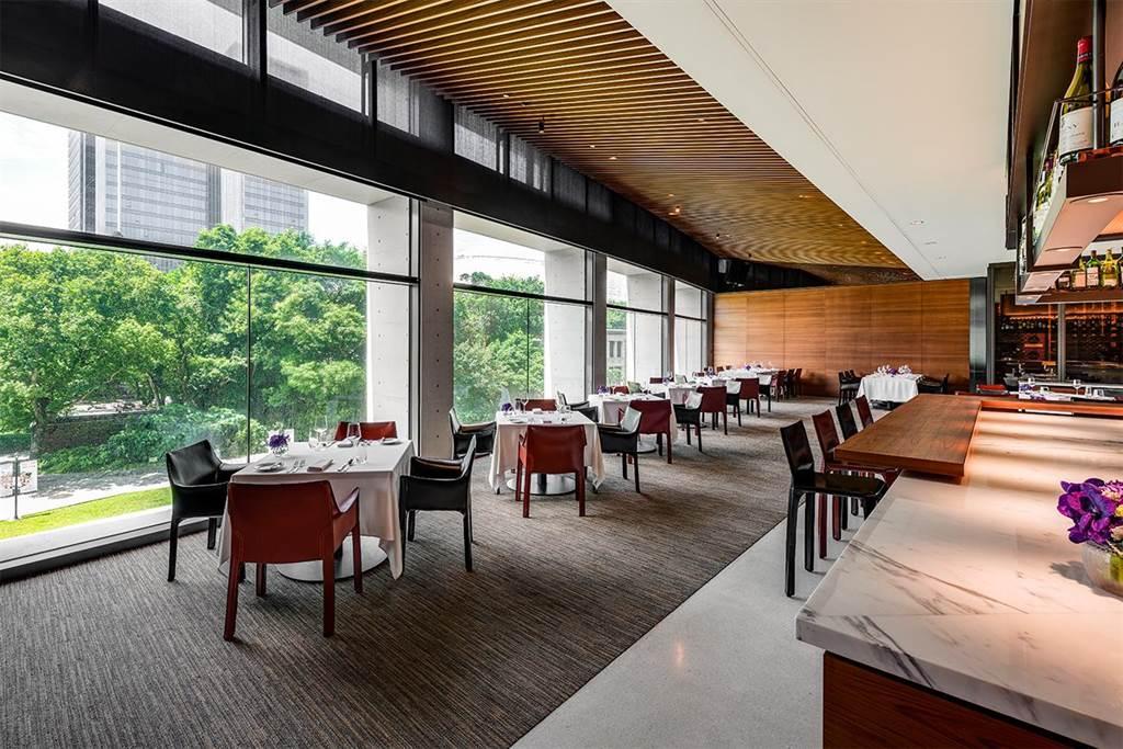 In Between之間餐廳以通透弧形落地窗將自然綠意與都會夜景盡入眼簾。(誠品行旅提供)