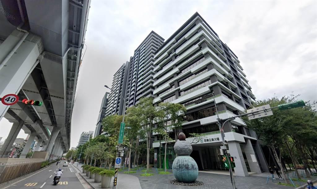 根據最新實價揭露,知名豪宅「明日博」頂樓戶23樓,總價來到1.22億元。(翻攝自Google街景)