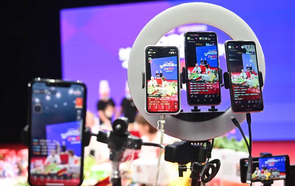 移動網路通訊快速發展,各種新生自媒體傳播方式衝擊大陸官方新聞管制政策。(圖/中新社)