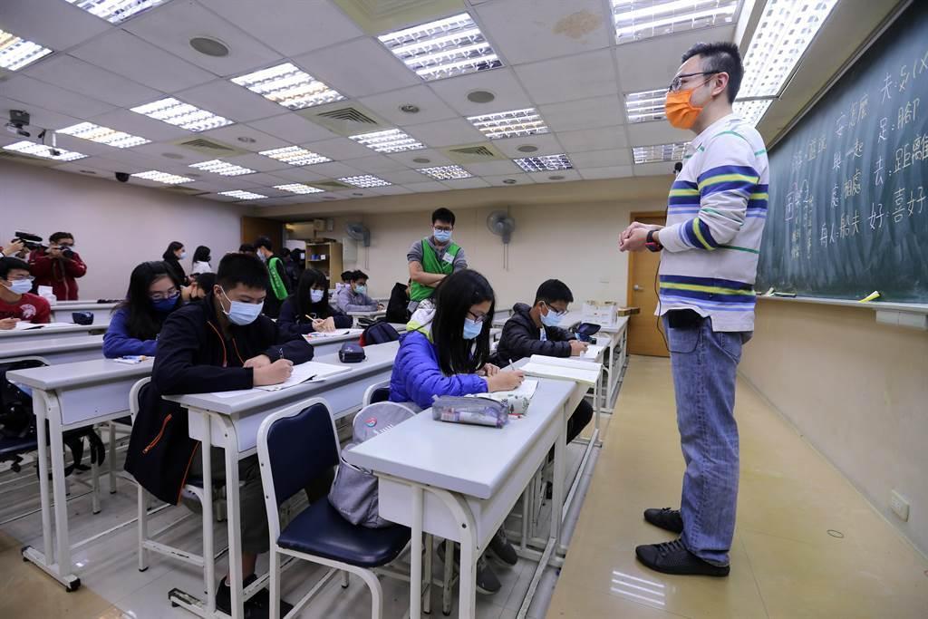 補習班座位安排採梅花座方式,師生全程配戴口罩。(黃世麒攝)