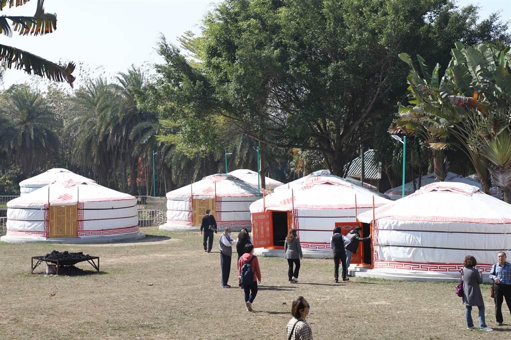 松田崗蒙古文化園區內有20個蒙古包,以傳統工法打造。(張亦惠攝)