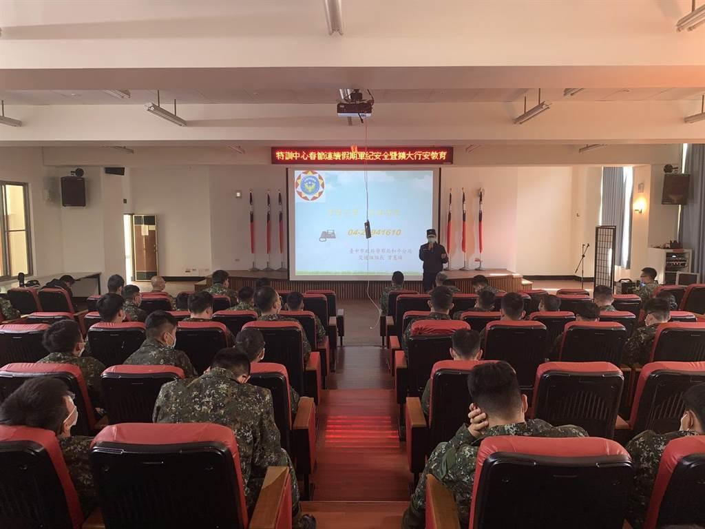和平警分局於2日上午至谷關麗陽營區特戰訓練中心進行防詐騙及交通安全宣講。(和平警分局提供/陳淑娥台中傳真)