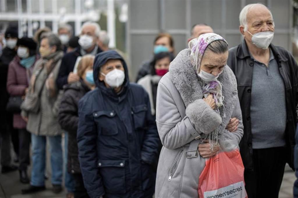 在塞爾維亞的首都貝爾格萊德(Belgrade),大批民眾正排隊等著接種大陸國藥集團的新冠疫苗。(路透)