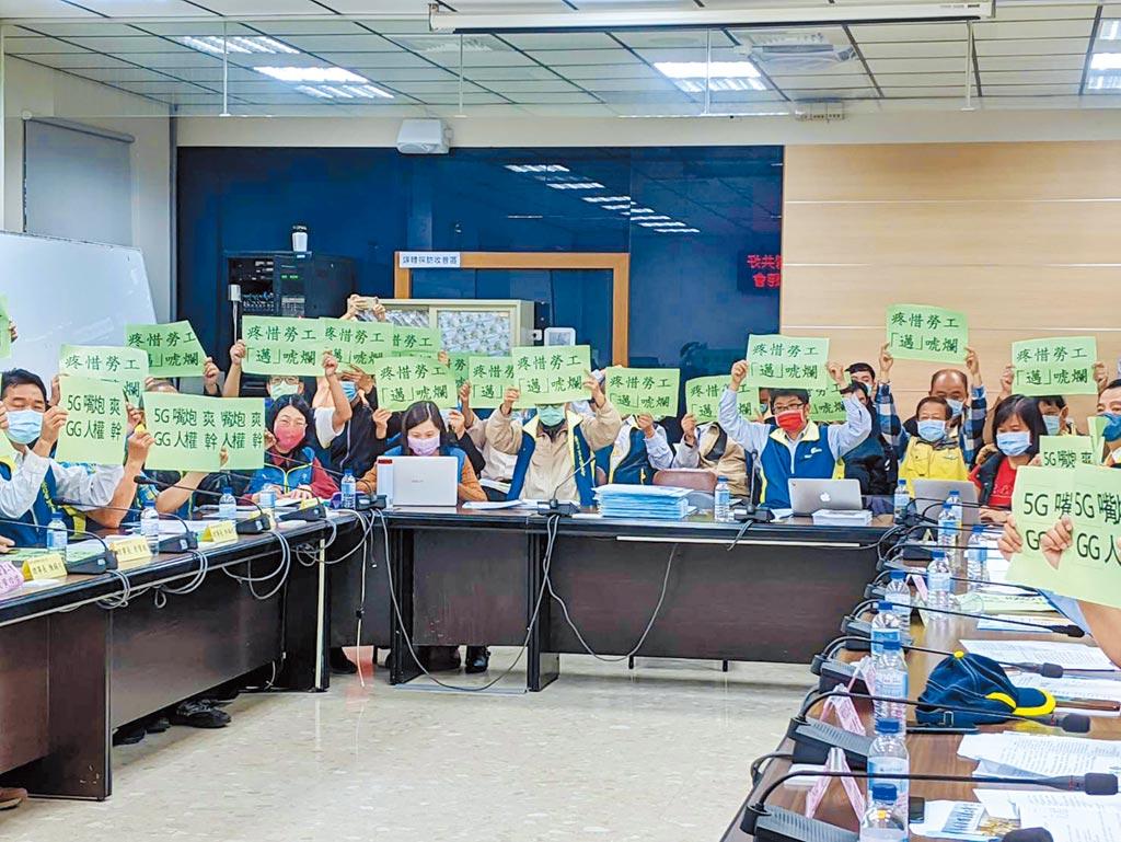 勞團爭取勞動部「不當勞動行為裁決委員會」南下設點。(曹明正攝)