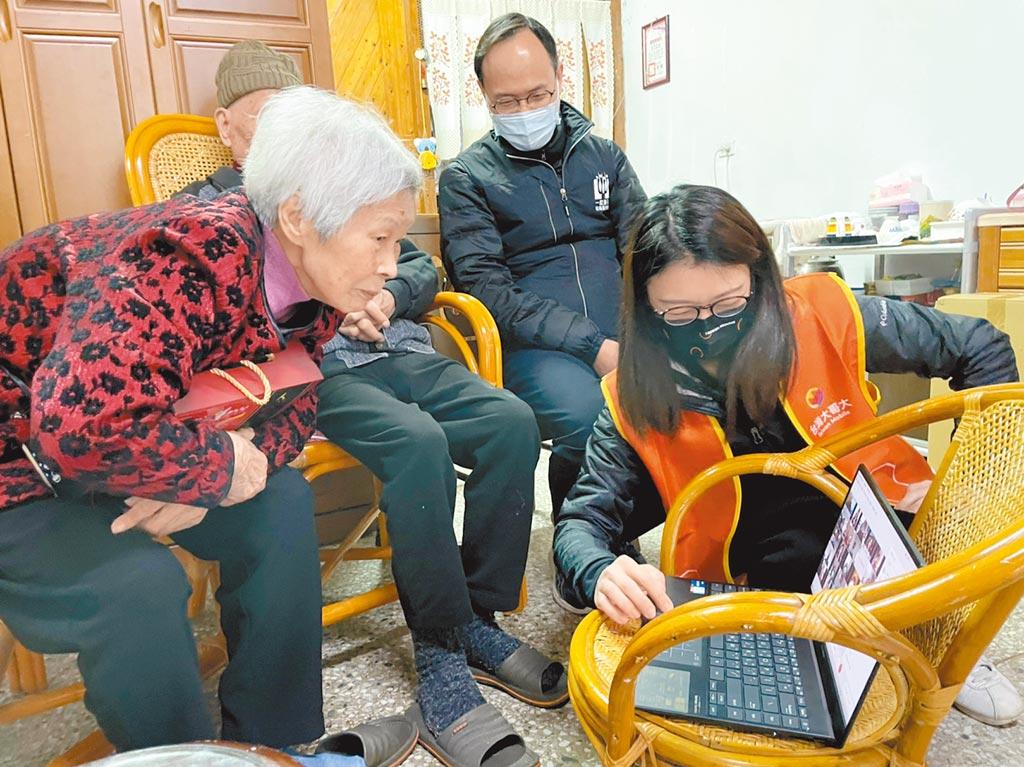 林爺爺及羅奶奶(左)夫婦參加超過10次圍爐午宴,羅奶奶展現超人般記憶力,點出每張熟悉的臉龐。(台灣大提供)