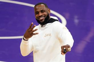 NBA》冠軍成色不足?湖人遭譏拿「米老鼠戒指」