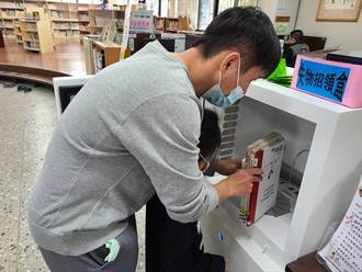 南投竹山鎮圖書館防疫 借書先幫書洗澡殺菌