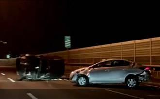 台74線大里段汽車碰撞 撞翻前車後自己也翻車