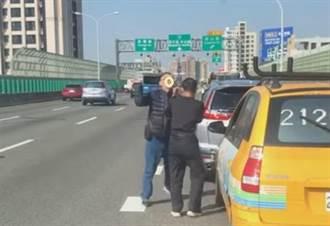工程車追撞小自客  阿伯遭黑衣人揮拳K頭 網怒:來送年終了
