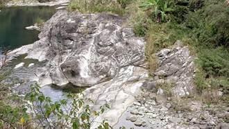 攝影人神拍!梅山瑞峰溪邊「狗頭」石吸睛