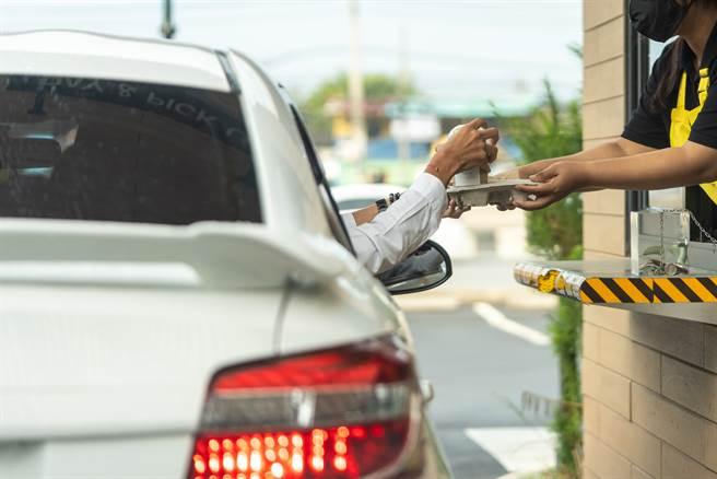 飲料店當得來速?客死賴車上大吼點餐 店員霸氣回嗆網讚爆 - 生活
