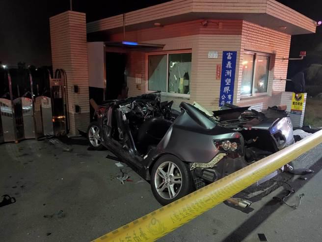 台南市安南區台江大道2日深夜發生重大車禍,目前車上6人送醫前無生命跡象。(洪榮志攝)