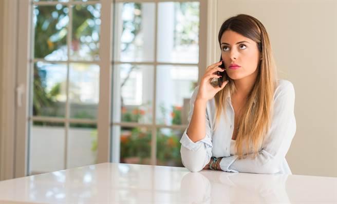 女子賴在飯店房間不走,甚至嗆警「你屁眼沒長好」,挨告妨礙公務、公然侮辱。(示意圖/達志影像/Shutterstock提供)