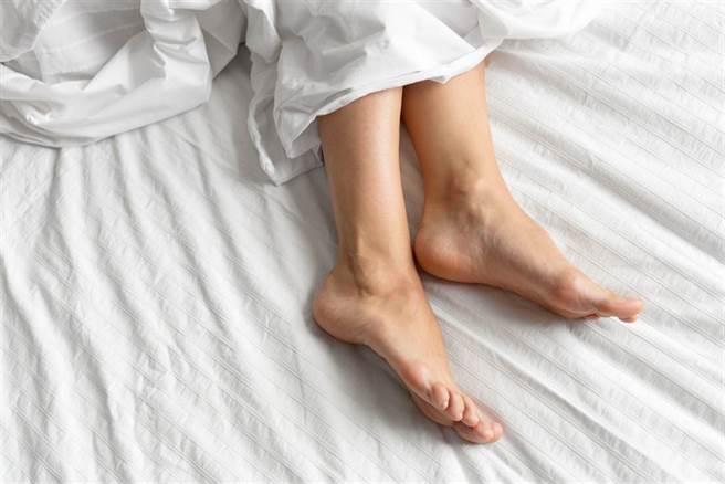 睡前老是腳癢、腳麻、感覺有蟲在爬?當心不寧腿症候群作怪。(示意圖/Shutterstock)