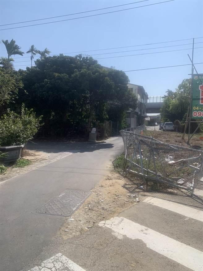 地主在土地上圍起鐵柵欄,造成福貴路巷道寬度剩下2米。(陳淑娥攝)