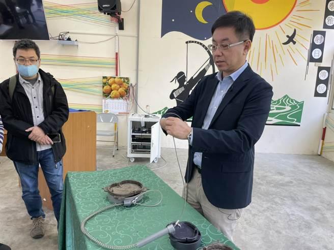林務局長林華慶示範精準式獵具。(東勢林管處提供/陳淑娥台中傳真)